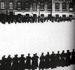 Moskova'da Kışlık Saray'a yürüyen işçilerin üzerine ateş açıldı. tarihte bugün