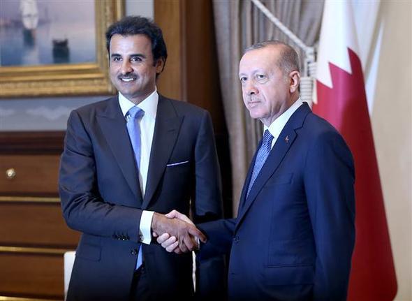 Türkiye Cumhurbaşkanı Recep Tayyip Erdoğan, Katar Emiri Şeyh Temim bin Hamed Al Sani ile bir araya geldi. Yaklaşık 3,5 saat süren görüşmede, Katar'ın Türkiye'ye 15 milyar dolar yatırım yapacağını söylediği öğrenildi. tarihte bugün