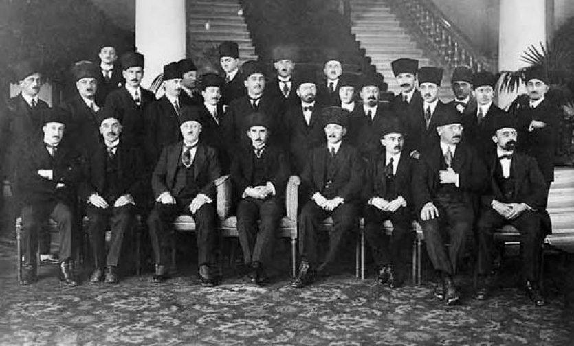 Türkiye'nin bugünkü sınırlarını çizen ve Ankara'nın Türkiye'nin meşru hükümeti olarak uluslar arası alanda tanınmasını sağlayan Lozan Barış Antlaşması imzalandı. tarihte bugün