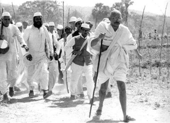 Hindistan'da Mahatma Gandhi, tuz üretimindeki hükümet tekeline karşı çıkmak amacıyla, Ahmetabat'tan 300 millik denize yürüyüşe başladı. tarihte bugün