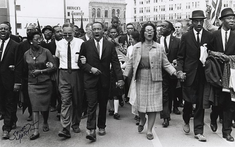 Amerika Birleşik Devletleri'nde Alabama'da Martin Luther King'in önderliğinde 25 bin kişi sivil haklar için yürüdü. tarihte bugün