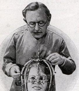 Max Factor, Kozmetik üreticisi (DY-1877) tarihte bugün