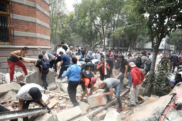 Meksika, 7.1 büyüklüğünde depremle sallandı. Depremde en az 224 kişi öldü. tarihte bugün