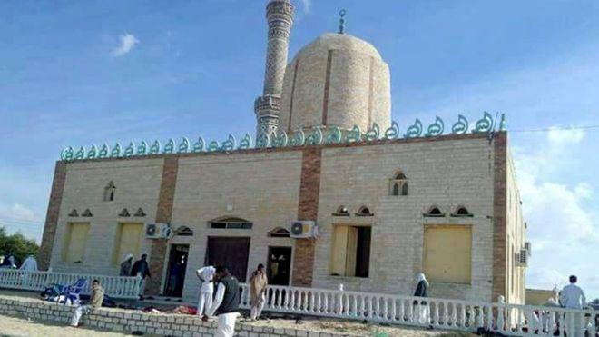Mısır'ın Ariş kentinde bir camiye teröristler önce bombalı saldırı düzenlendi daha sonra ise makineli tüfeklerle ateş açtı. 305 kişi öldü, 100'den fazla kişi yaralı. tarihte bugün
