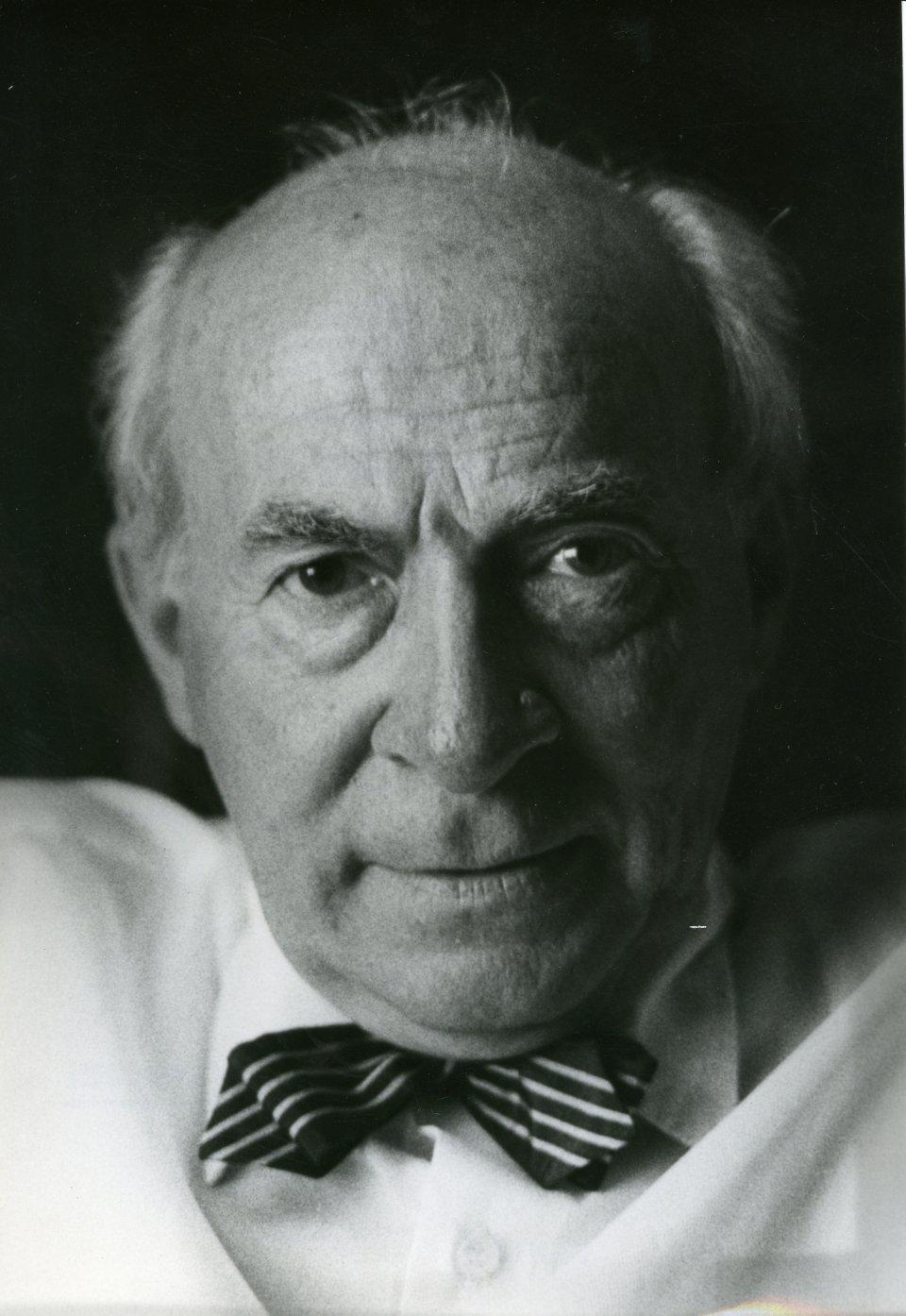 Muhsin Ertuğrul, tiyatro sanatçısı (ÖY-1979) tarihte bugün