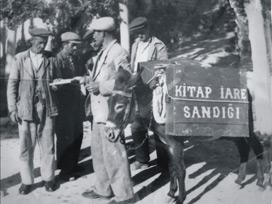 Mustafa Güzelgöz, kütüphaneci. Halka kitap ulaştırmak için eşeğe kitapları yükler dolaşırdı. (DY-1921) tarihte bugün