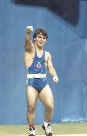 Naim Süleymanoğlu, altın madalya sahibi haltercimiz