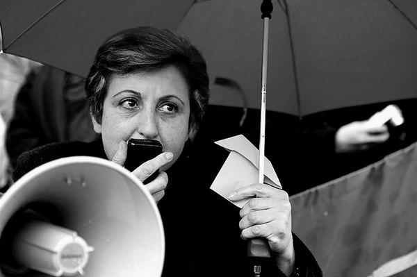 Shirin Ebadi, Nobel Barış Ödülü'nü alan ilk müslüman kadın ve ilk İranlı oldu. Kadın ve çocuk hakları üzerine yaptığı çalışmalarla biliniyor. tarihte bugün