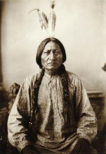 Oturan Boğa (Tatanka Iyotake), ABD ordularına karşı savaşan son Yerli kabile şefi (DY-1831) tarihte bugün
