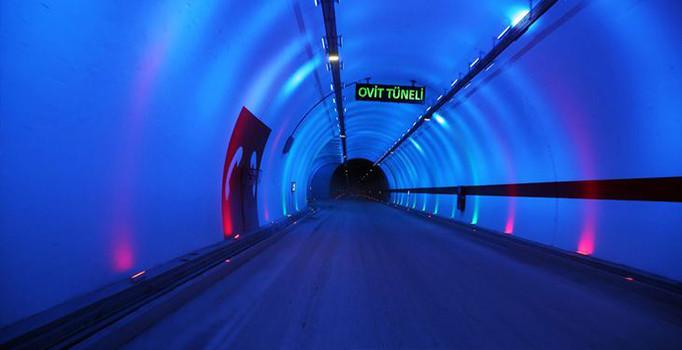 Karadeniz'i Doğu ve Güneydoğu Anadolu'ya bağlayacak 2 bin 640 rakımlı Ovit Dağı'nda bulunan ve 14 bin 300 metreyle Türkiye'nin en uzun karayolu tüneli olma özelliğini taşıyan Rize'nin İkizdere ilçesindeki Ovit Tüneli açıldı. tarihte bugün