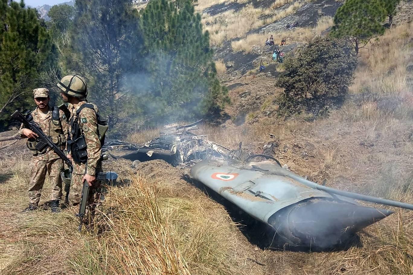 Pakistan, Hindistan Hava Kuvvetleri'ne ait iki savaş uçağını sınır ihlali yaptığı gerekçesiyle düşürdü. 2'si pilot 3 kişi hayatını kaybetti. 1 pilot Pakistan tarafından alıkonulduktan 2 gün sonra Hindistan'a iade edildi tarihte bugün