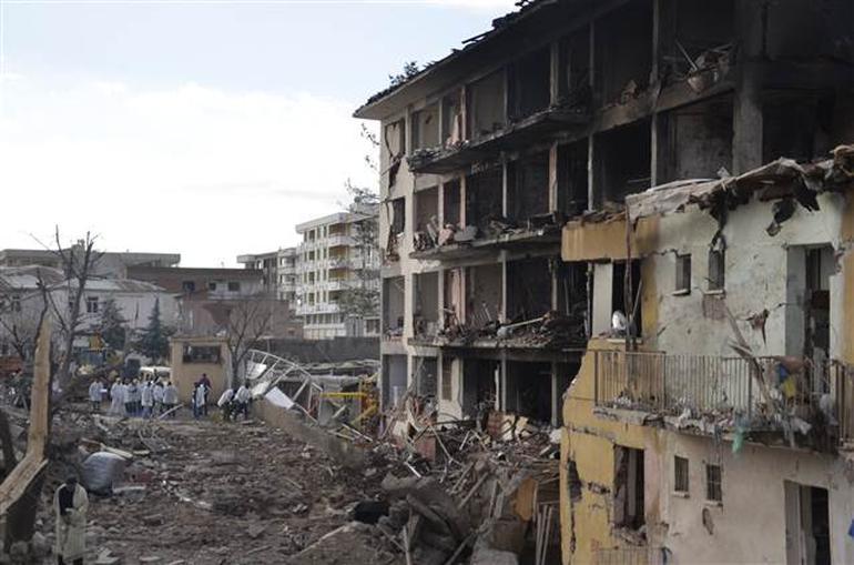 Diyarbakır'ın Çınar İlçesi'nde PKK'lı teröristler Emniyet'e bombalı araçla saldırdı: 1 şehit, 3'ü bebek 5 sivil öldü, 43 kişi yaralandı tarihte bugün