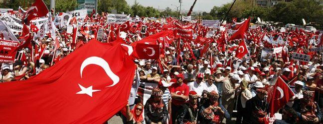 Ergenekon soruşturması nedeniyle Atatürkçü Düşünce Derneği'nin düzenlediği Tandoğan'daki Cumhuriyet Mitingi'ne binlerce kişi katıldı. tarihte bugün