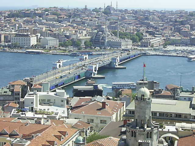 İstanbul'da tarihi Galata Köprüsü yandı. İngilizler köprüyü 105 bin altın karşılığı 1875'de yapmıştı. tarihte bugün