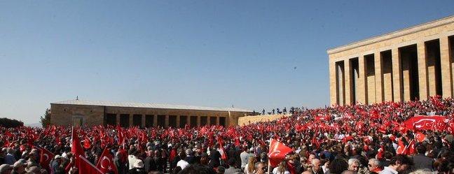 Başkent Üniversitesi Rektörünün tutuklanmasını protesto etmek için düzenlenen Anıtkabir ziyaretine, tam 111 bin kişi katıldı. tarihte bugün