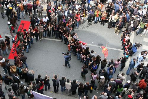 DİSK organizasyonuyla 5 bin kadar işçi 31 yıl sonra 1 Mayıs için Taksime çıktı. 1977 olaylarından sonra,en büyük kalabalık bugün Taksimde toplandı. tarihte bugün