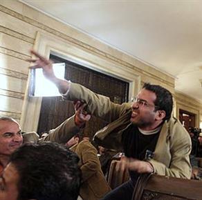 ABD'nin eski Başkanı George Bush'a ayakkabı fırlatan Iraklı gazeteci Muntazar El Zeydi'ye 3 yıl hapis verildi. tarihte bugün