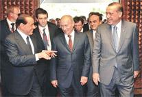 Rusya Başbakanı Putin, İtalya Başbakanı Berlusconi ve Başbakan Erdoğan Ankara'da bir araya geldi.Erdoğan, Putin ve Berlusconi yaklaşık 1.5 saat üçlü bir zirve yaptı. Türkiye ve Rusya arasında 20 imza atıldı tarihte bugün