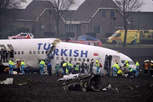 THY uçagı Hollandada düstü