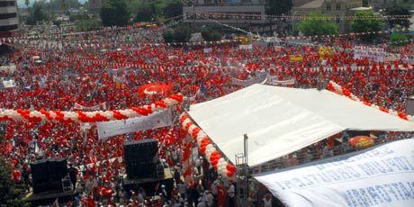 1 aydır çeşitli aralıklarla devam etmekte olan  Cumhuriyet Mitinginin sonuncusu çeşitli sivil toplum örgütlerinin girişimleriyle Samsunda düzenlendi. Mitinge katılmak isteyen onbinlerce kişi Cumhuriyet Meydanı'nı doldurdu. tarihte bugün