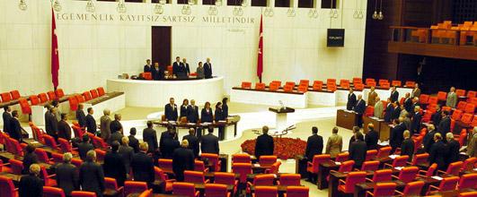 Milletvekili seçimlerinin 22 Temmuz'da yapılmasına ilişkin teklif TBMM Genel Kurulu'nda iktidar ve muhalefetin oyları ile kabul edildi. tarihte bugün