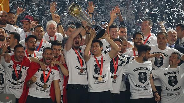 Spor Toto Süper Lig 2015-2016 sezonu şampiyon Beşiktaş. Yeni stadı Vodafone Arena'da kupasını aldı. tarihte bugün