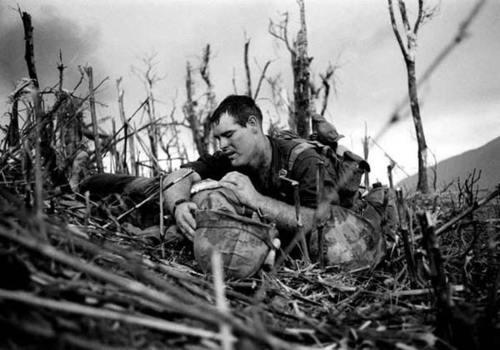 Efsanevi savaş fotoğrafçısı Catherine Leroy (60) hayatını kaybetti. tarihte bugün