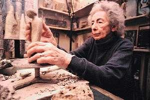 ilk Türk profesyonel kadın seramik sanatçısı Füreya Koral. tarihte bugün
