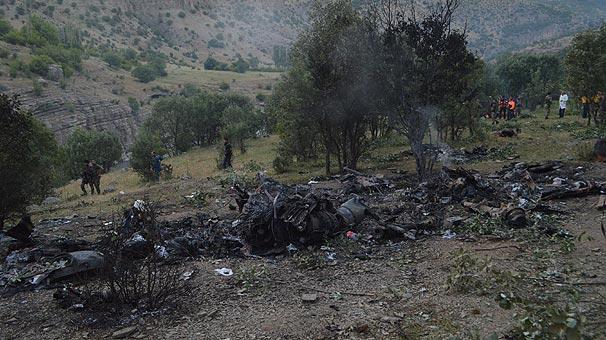 Şırnakta helikopter kazası. Elektrik hatlarına takılan helikopter 300 metreden düştü, mühimmatı infilak etti. 13 asker şehit oldu. tarihte bugün