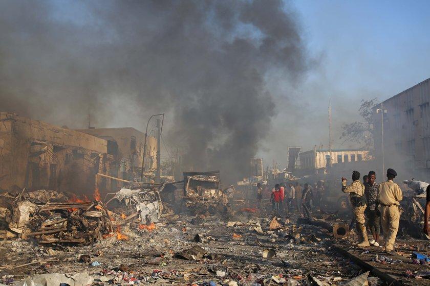 Somali'nin başkenti Mogadişu'ya bomba yüklü kamyonla saldırı düzenlendi. 276 ölü, 275 yaralı. Ülkede 3 günlük yas ilan edildi. tarihte bugün