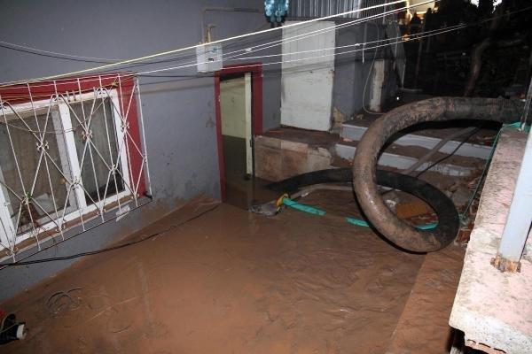 Balıkesir'de su borularının patlaması sonucu bodrum katlardaki evleri su bastı. 1 kişi boğularak öldü, 2 kişi ağır yaralandı. tarihte bugün