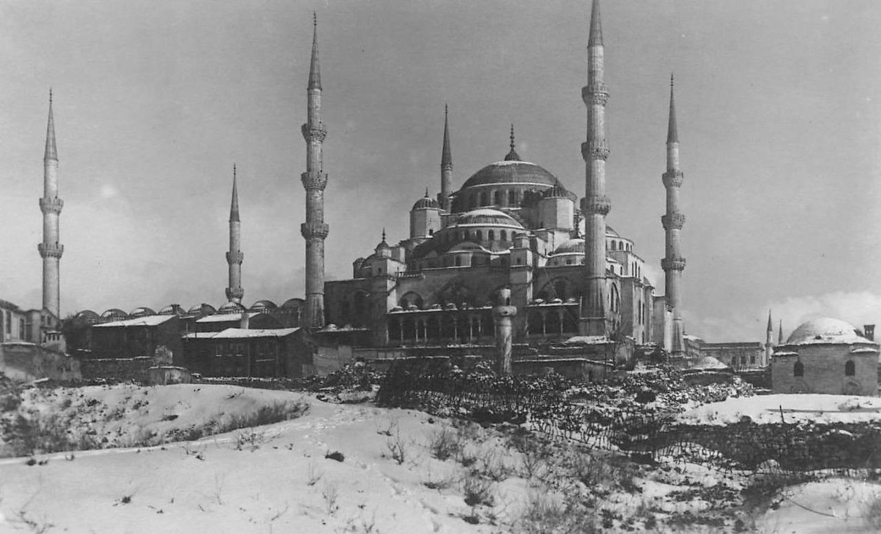 Sultan I. Ahmet tarafından İstanbul'da adıyla anılan meydanda 1609-1616 arasında Mimar Sedefkâr Mehmet Ağa'ya yaptırılan Sultanahmet Camii ibadete açıldı. Mavi, yeşil ve beyaz renkli çok güzel çinilerle bezendiği için Avrupalılarca