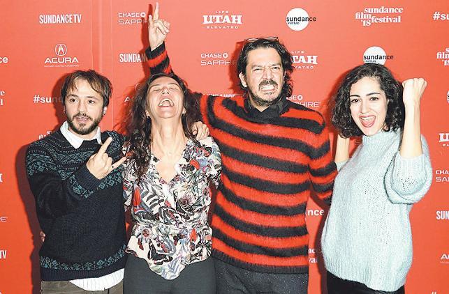Dünyanın en prestijli festivallerinden biri olan, bu yıl 32'si düzenlenen Sundance Film Festivali'nde yönetmen Tolga Karaçelik'in yazıp yönettiği Kelebekler filmi, Dünya Sineması Büyük Jüri Özel Ödülü'nü aldı. Türkiye'de bu ödülü kazanan ilk yönetmen. tarihte bugün