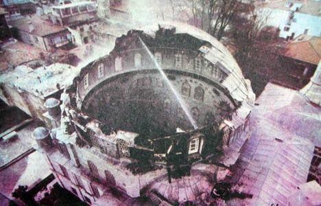 Beylerbeyi'nde restore edilmekte olan tarihi İsmail Hakkı Efendi Yalısı gece çıkan yangında tamamen yandı Yalının yanındaki 205 yıllık Beylerbeyi Camii'nin kubbesi de tamamen yandı. tarihte bugün