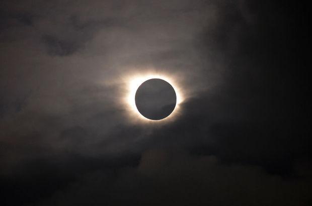 Tarihin en büyük güneş tutulması gerçekleşti. 90 dakika süren tutulmada, 2 dakika 40 saniye boyunca güneş tamamen kapandı. Güneşin yüzölçümü ilk kez gerçek değerine yakın olarak hesaplanabildi. tarihte bugün