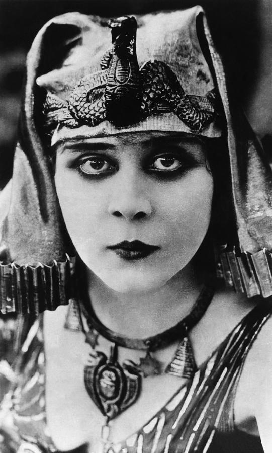 Theda Bara (Theodosia Goobman), Amerikalı tiyatro ve sinema oyuncusu (ÖY-1955) tarihte bugün
