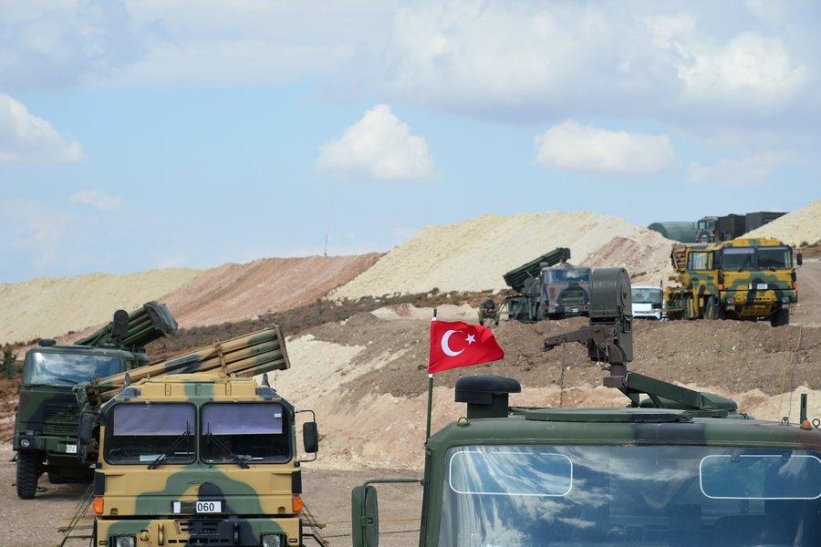 Türk askeri çatışmasızlık bölgeleri için akşam saat 22.15 itibarıyla İdlib'e girdi. Operasyonda 30 zırhlı araç ve 100'ü aşkın asker yer aldı. tarihte bugün