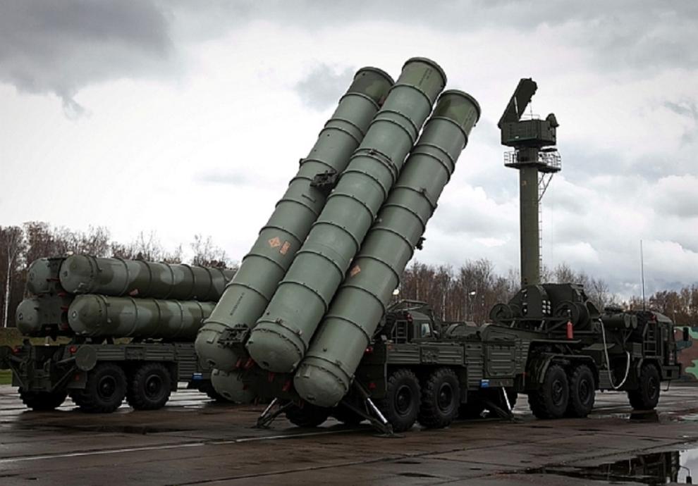 Cumhurbaşkanı Recep Tayyip Erdoğan, Rus yapımı S-400 füze savunma sisteminin satın alınması konusunda imzaların atıldığını ve Türkiye'nin kaparo ödemesini Moskova'ya gönderdiğini açıkladı. S-400 füze savunma sistemi olan NATO üyesi bulunmuyor. tarihte bugün
