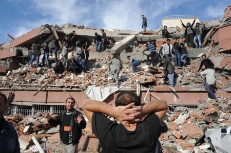 Van'a bağlı Tabanlı köyünde 7.2 büyüklüğünde bir deprem meydana geldi. tarihte bugün