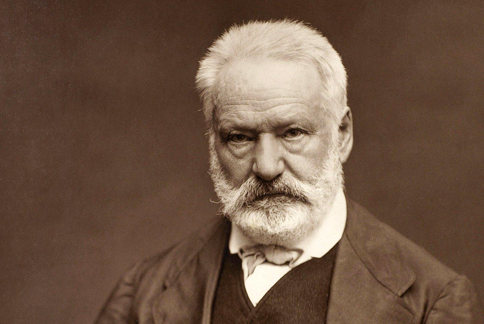 Sefiller adlı romanıyla dünya çapında ün kazanan eleştirel gerçekçilik akımının öncülerinden Fransız yazar Victor Hugo. tarihte bugün